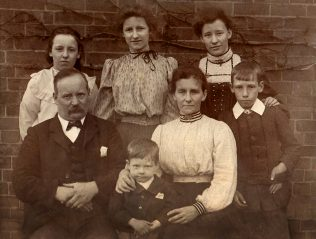 Samuel and Elizabeth with children Elsie, Lilian, Maggi, Fred and Clifford c 1905