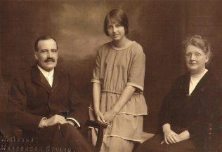 Matthew and Elizabeth Ann Amer, with their daughter Elizabeth Patience, Bromsgrove, c1927